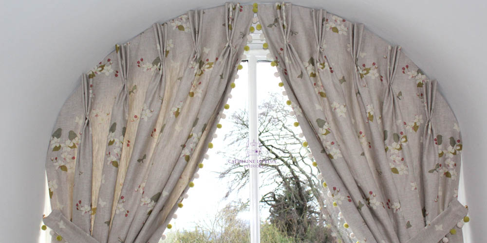 Bespoke curtain track for an arched window curtain