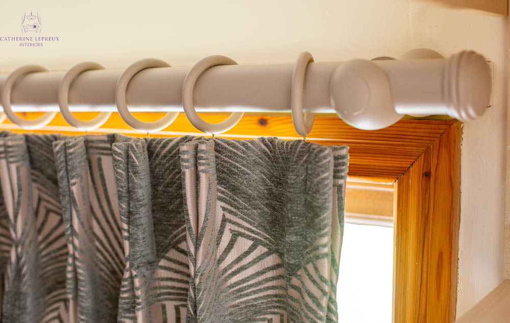 curtain pole in matching colour to wallpaint